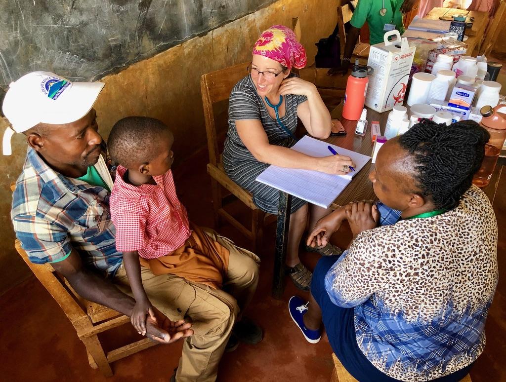 Medical volunteer in Kenya working in the clinic
